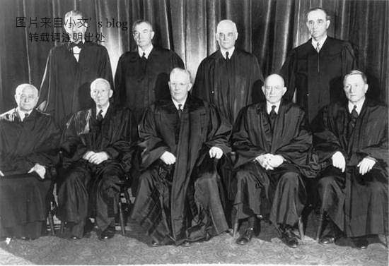 沃伦首席大法官,奉行司法积极主义,常主动介入社会议题,